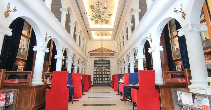 [內湖不限時充電咖啡廳] Moooon River Cafe & Books:就像到了國外美麗的歐式圖書館,挑高白色建築好好拍!三五好友聚會.下午茶.午餐.約會.IG打卡點。 @小腹婆大世界