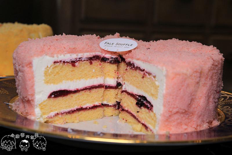 [彰化員林] 法蕾熊法式手工甜點:必吃推薦,現點現做會噴發的草莓千層派?滑嫩嫩的舒芙蕾好幸福,新推出少女心限定的粉紅蛋糕,限定版:莓果生乳舒芙蕾,宅配也吃的到囉。 @小腹婆大世界