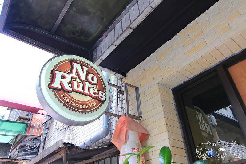 [新北汐止]No Rules早午餐:邪惡爆漿的鮭魚班尼迪克蛋,牽絲雞肉烤餅燙口又燙手,海味爆發黑嚕嚕的烏賊燉飯是一匹黑馬啊! @小腹婆大世界