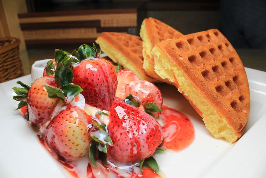 【彰化|員林】激推新鮮草莓草莓冰淇淋鬆餅《COCO鬆餅屋》現在打卡有送超濃巧克力冰淇淋。 @小腹婆大世界