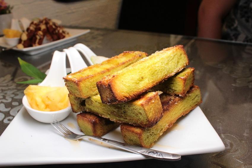 【宜蘭/羅東下午茶】58cafe,出現綠色方塊吐司!?超萌喵星人拉花,酥脆軟綿的口感讓人想再來一份!!老屋改造咖啡廳。 @小腹婆大世界