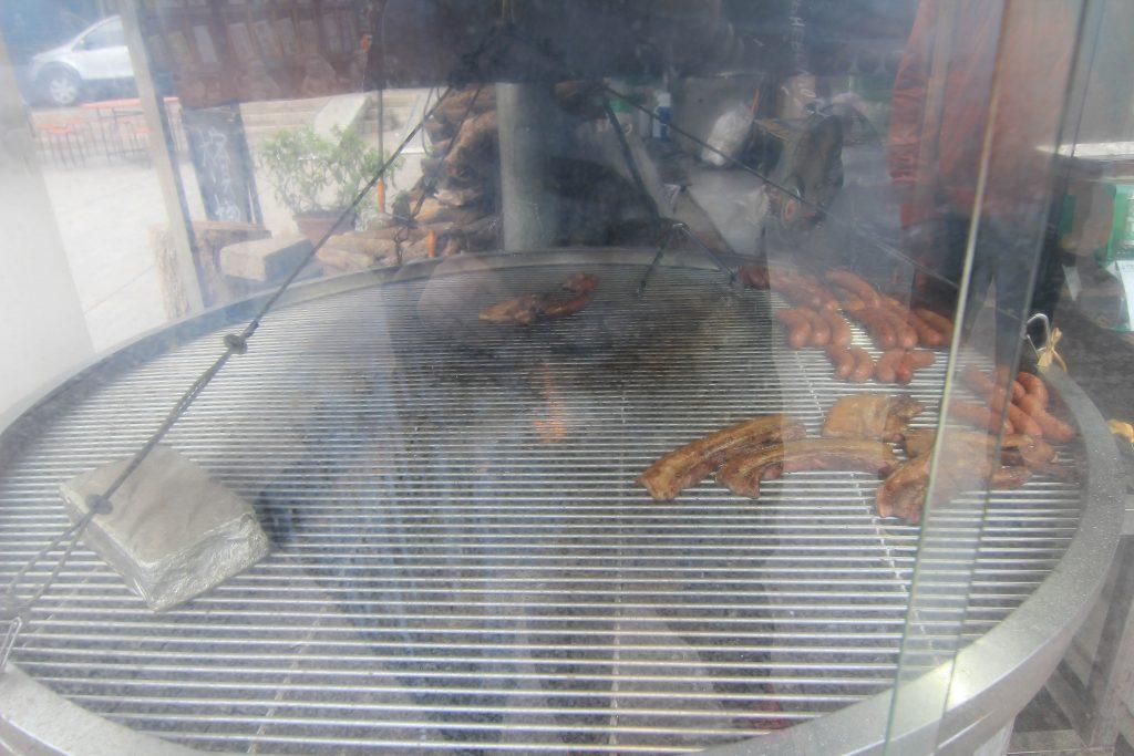 香噴噴的炭烤香氣,整個油脂就在舌尖劃開,這才是真的烤山豬肉阿~原木炭烤香氣十足讓人意猶未盡的滋味-天長地久橋美食