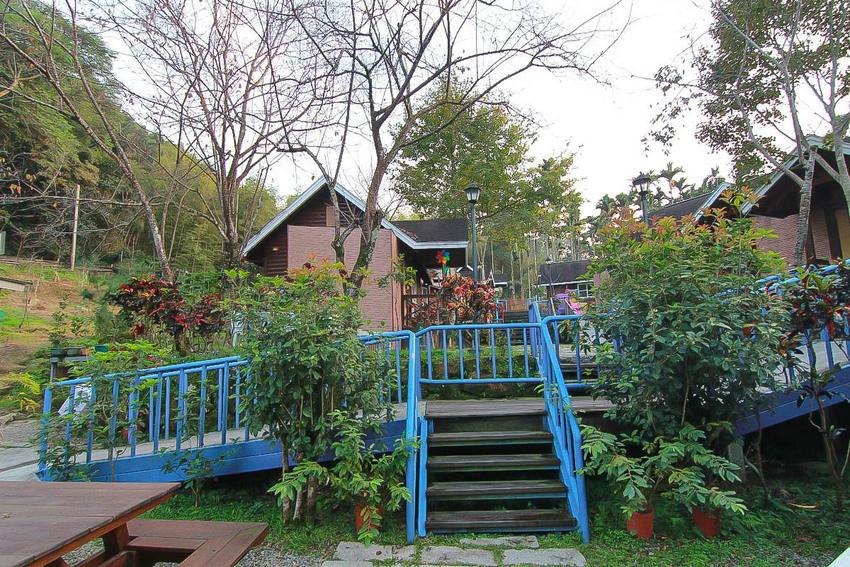 南投親子住宿》溪頭獨棟溜滑梯小木屋好好玩!杉溪鹿莊園,積木雙層溜滑梯、滿滿的零食、球池、玩具,親子住宿首選!