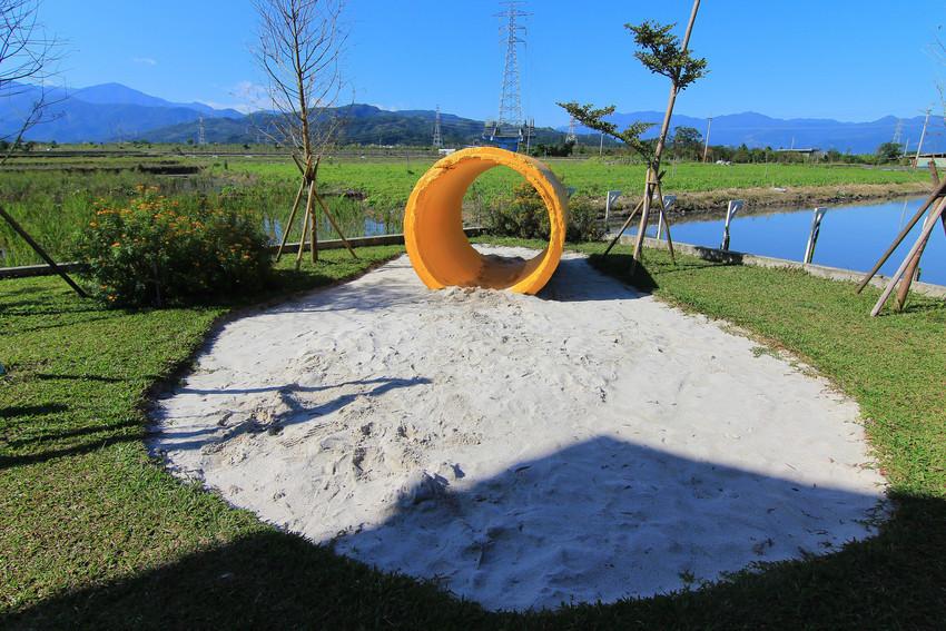 超好玩!小朋友愛的通通在這..沙堆+戲水+球池+扮家家酒組合+積木+大溜滑梯+草皮+餵魚,讓人完全不想回家的摩兒莊園(親子包棟住宿大推!)