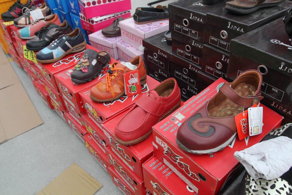 台中烏日鐵道市集|萬雙鞋款出清:新款知名運動品牌、爸媽搶購卡通童鞋區、知名專櫃品牌、公司工廠熱門團購工作鞋(鋼頭鞋.防穿刺鞋.廚師鞋)、限時搶購99元+1元兩件特區。