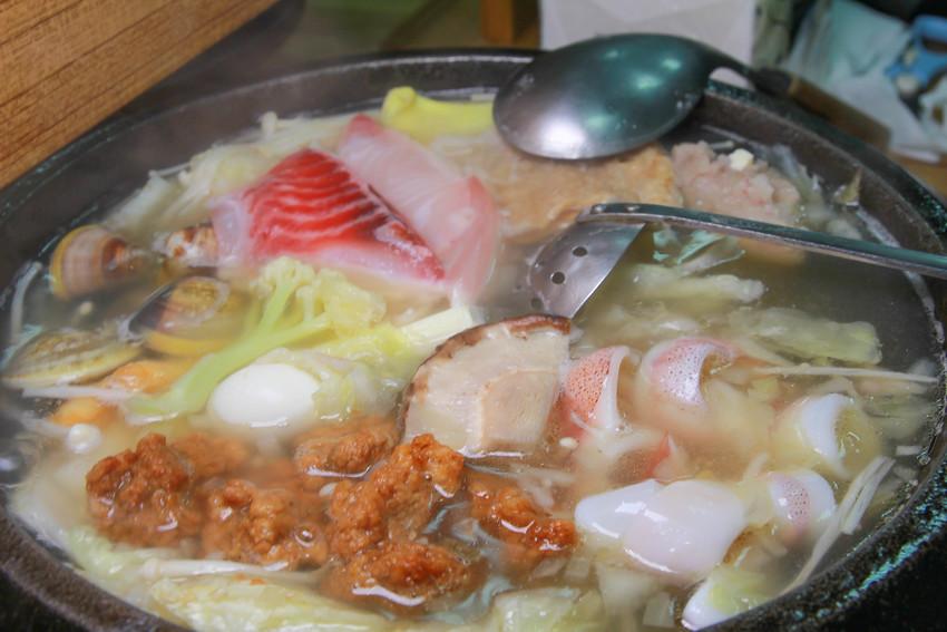 新北金山美食《 福緣火鍋~加油站旁的美味石頭火鍋,超新鮮海鮮,最後還可以煮粥,在地人推薦的美味。 @小腹婆大世界