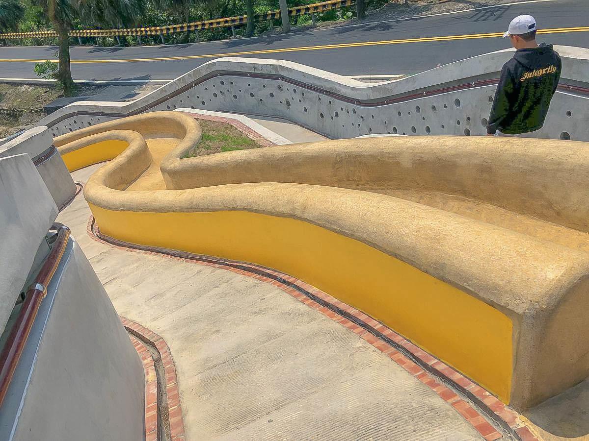 基隆新景點 孝德公園:最長的溜滑梯公園~20公尺磨石溜滑梯.至高點眺望基隆景致.培德路與東峰街42巷