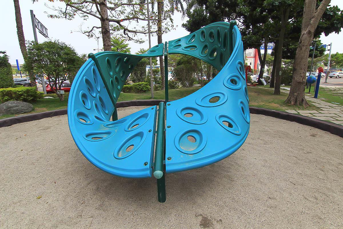 台中特色公園:福安兒童公園,刺激的20人龍形蹺蹺板+玩沙+攀岩+超大支棒棒糖(有遮蔭的小公園)