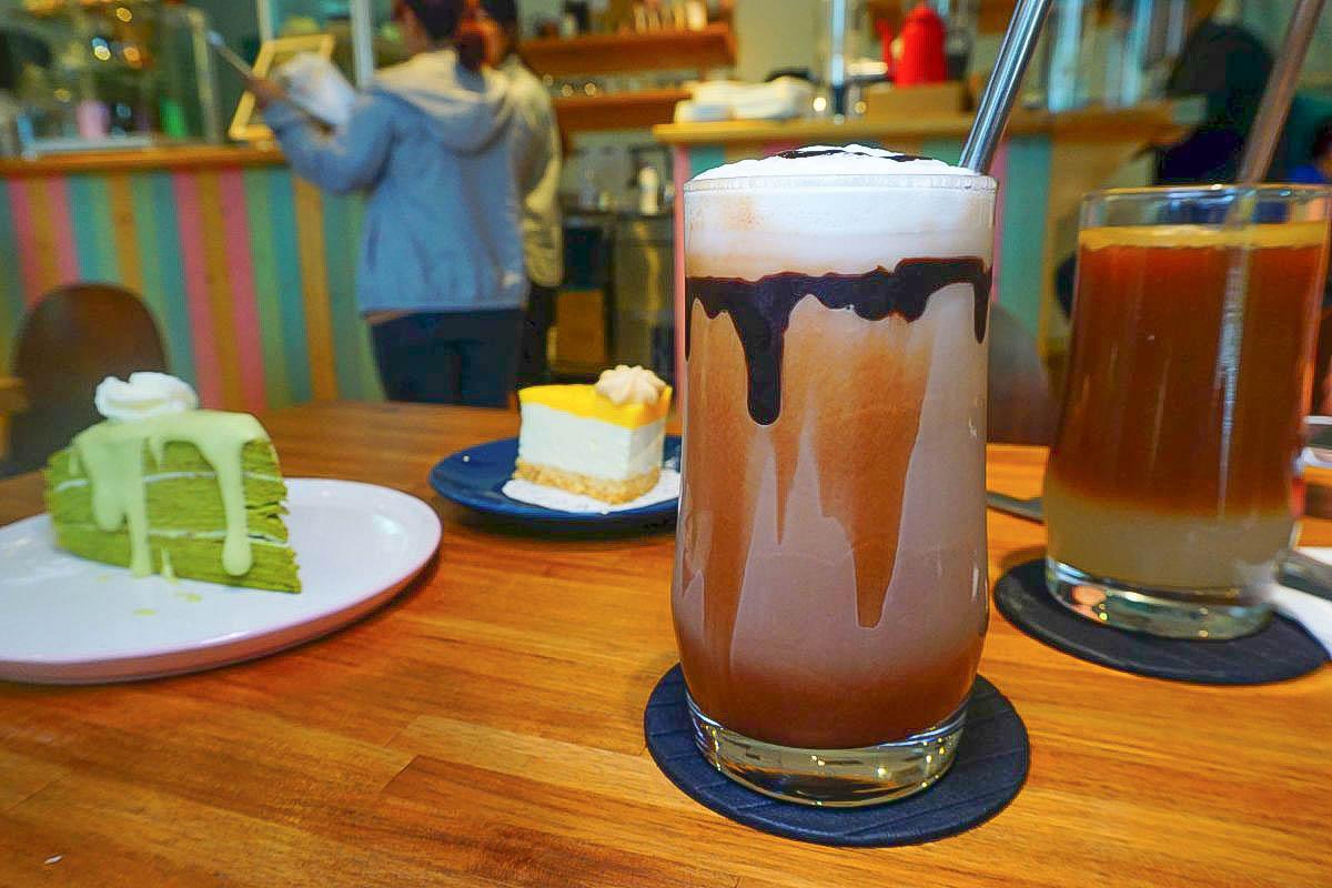 員林隱藏甜點:All In Coffee,藏在國宅中的美味抹茶千層..晚來就沒囉!夏天就是要吃冰淇淋口感的檸檬生乳酪阿~