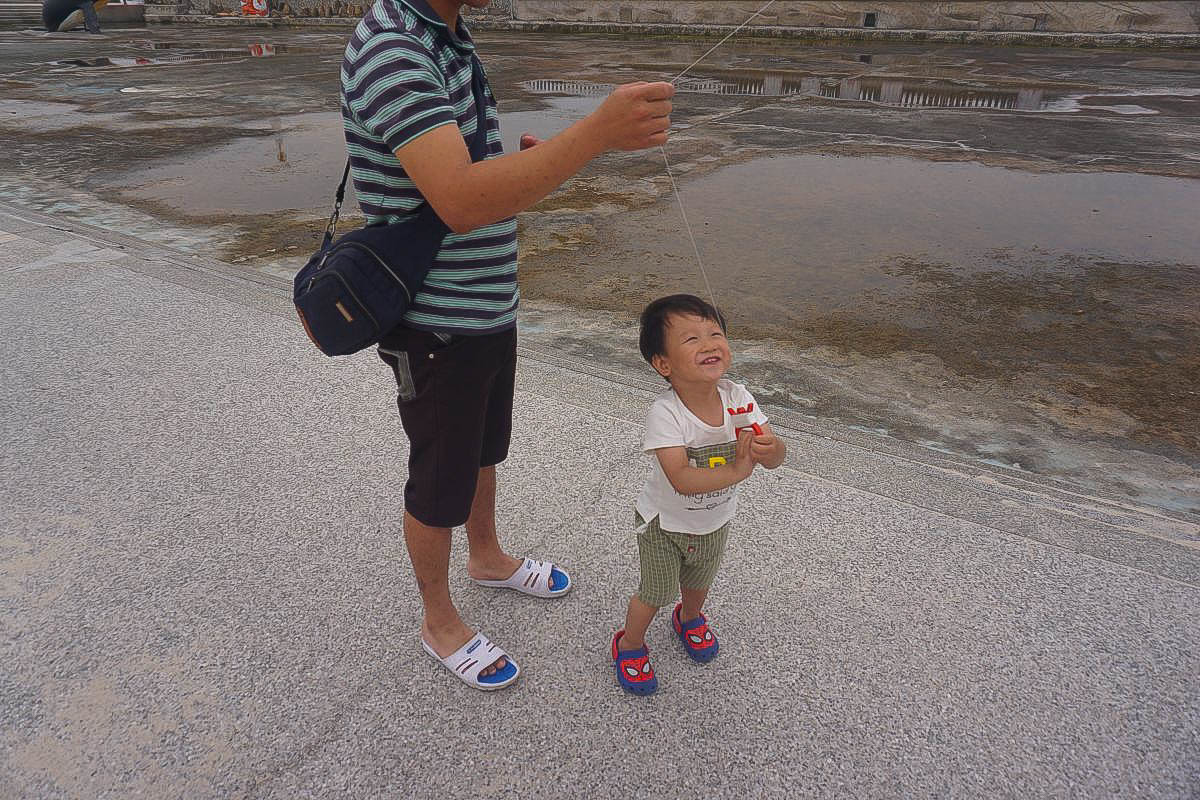 嘉義景點》東石漁人碼頭.繽紛彩色屋、水舞區、細沙區,大鯨魚戲水池,玩水玩沙去,親子出遊情侶同遊~