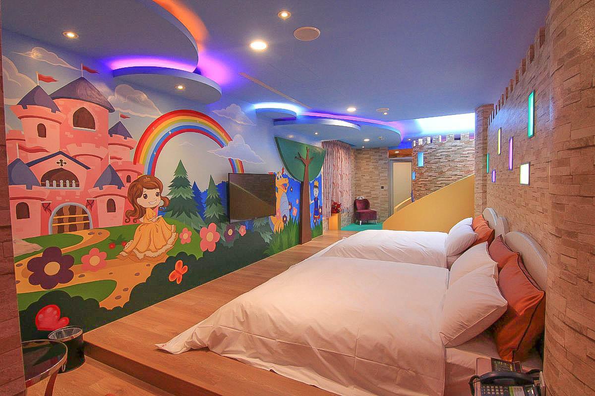 彰化親子住宿:晨荷精品度假旅館,超夢幻溜滑梯城堡~小朋友的秘密基地,海底房還有搖搖馬!