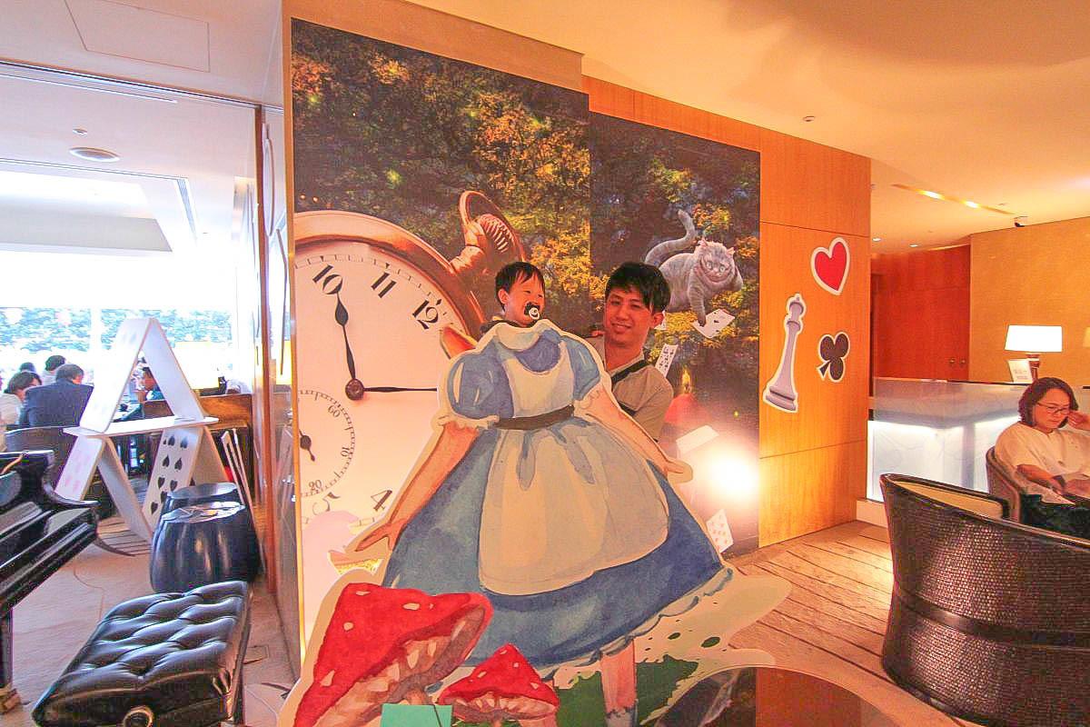 台北新打卡點 六福皇宮變成愛麗絲的迷幻魔宮了!限定主題下午茶,桌子變成大笨鐘,妙妙貓變成餅乾了~進入童話故事來場下午茶吧!