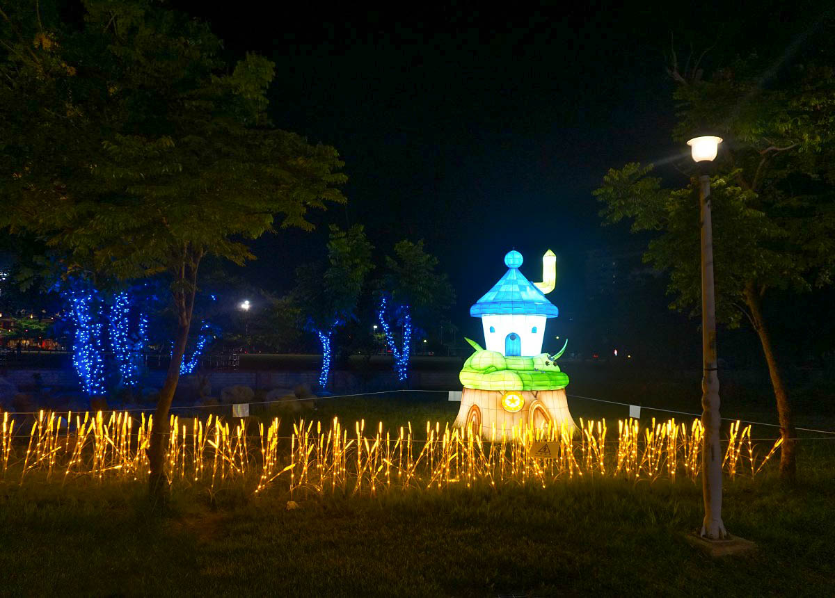 彰化免費活動:2018鹿港慶端陽系列活動~一起進入浪漫爆發的星雨廊道吧!美美的灰姑娘馬車,玫瑰花,雙心出現在鹿港!藝術村光廊、公會堂光雕劇場、祈福點燈儀式正式開跑
