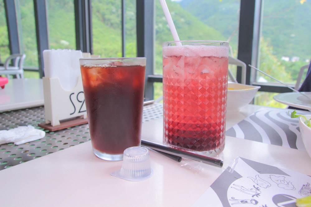新竹尖石》放空系玻璃屋!Z cafe:無死角玻璃屋餐廳,觀景台餵魚池,現做義大利麵好吃~低消100元