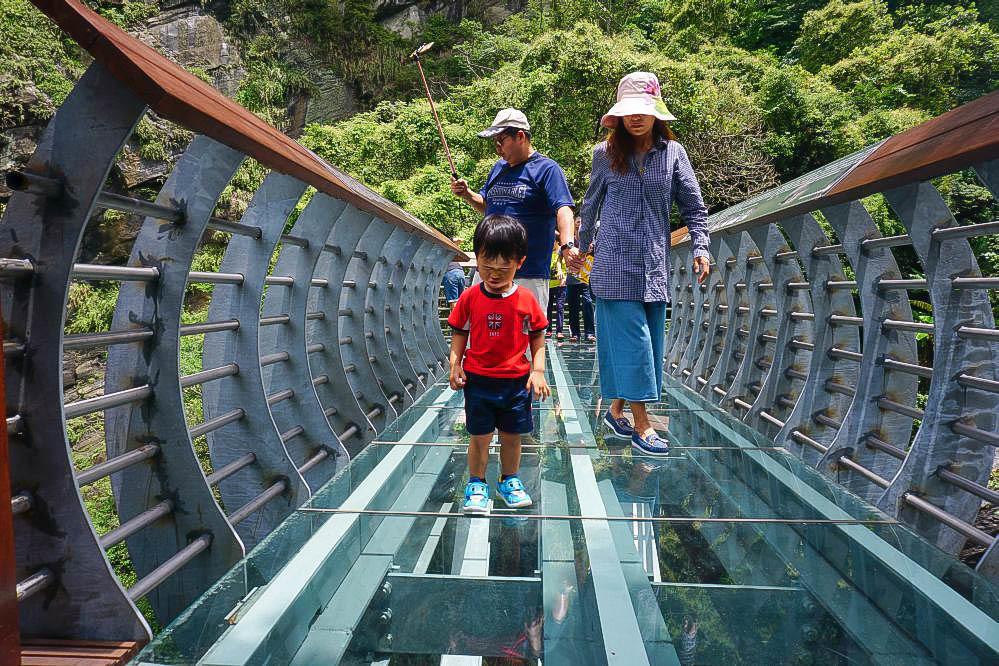 新竹景點》青蛙石天空步道~涼爽消暑景點:輕鬆版森林步道,玻璃彩虹步道,瀑布峽谷景觀