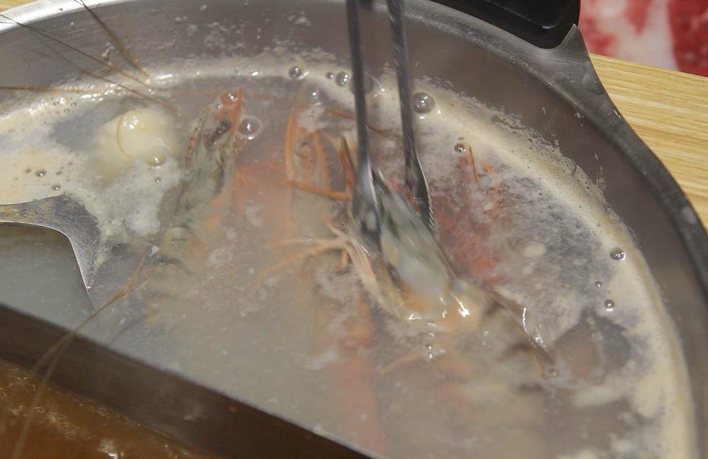 嘉義民雄超狂吃到飽|鬼椒麻辣王:現切牛安格斯黑牛、霜降牛、三點蟹、小尖卷、天使紅蝦、莫凡彼、明治冰淇淋、生啤無限暢飲