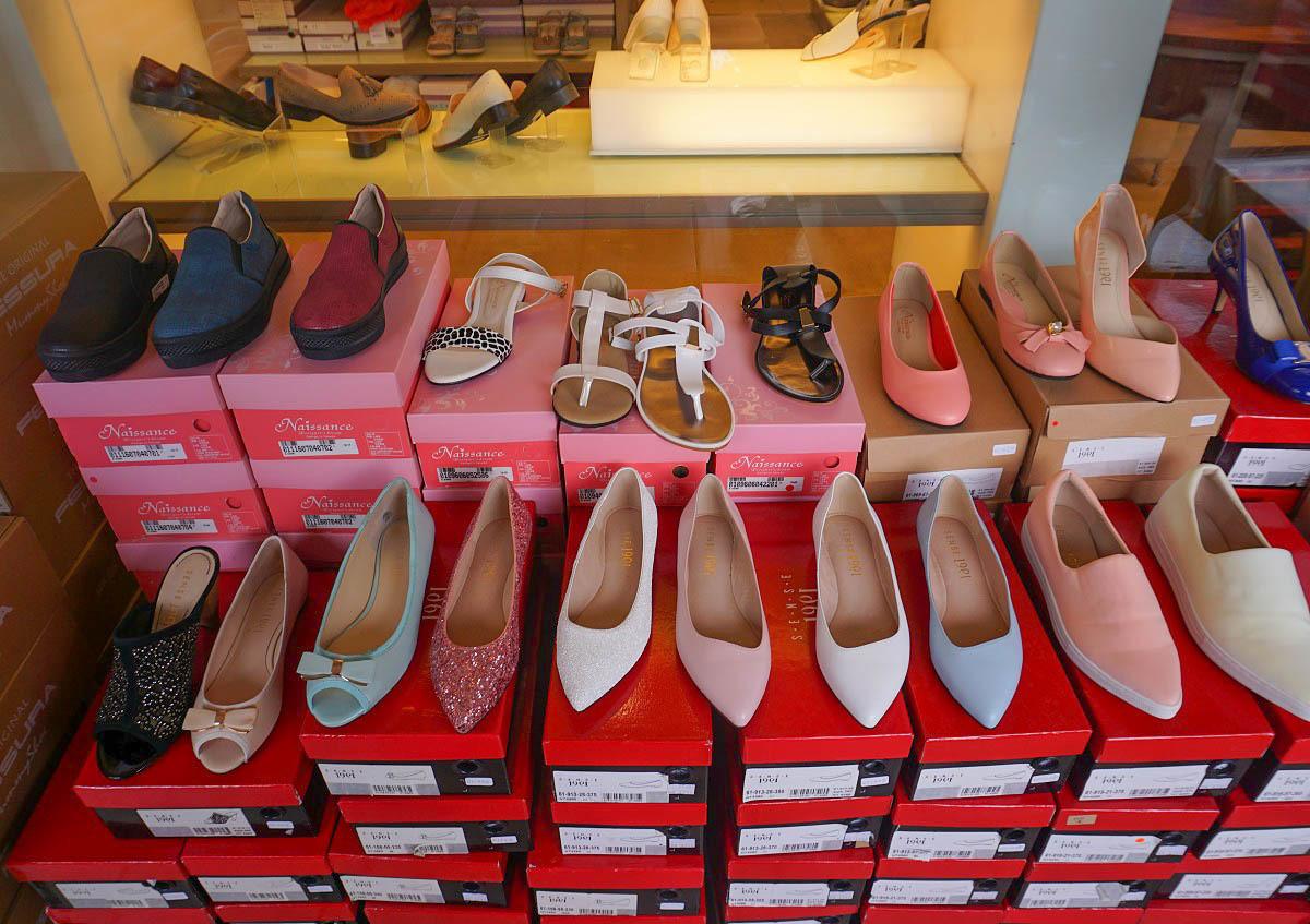 嘉義好康資訊 新光三越專櫃特賣(1F):男女童鞋聯合特賣:超便宜下殺:軟Q氣墊出國必備鞋款590起(第二雙290元)+超可愛tsum tsum迪士尼童鞋來了!