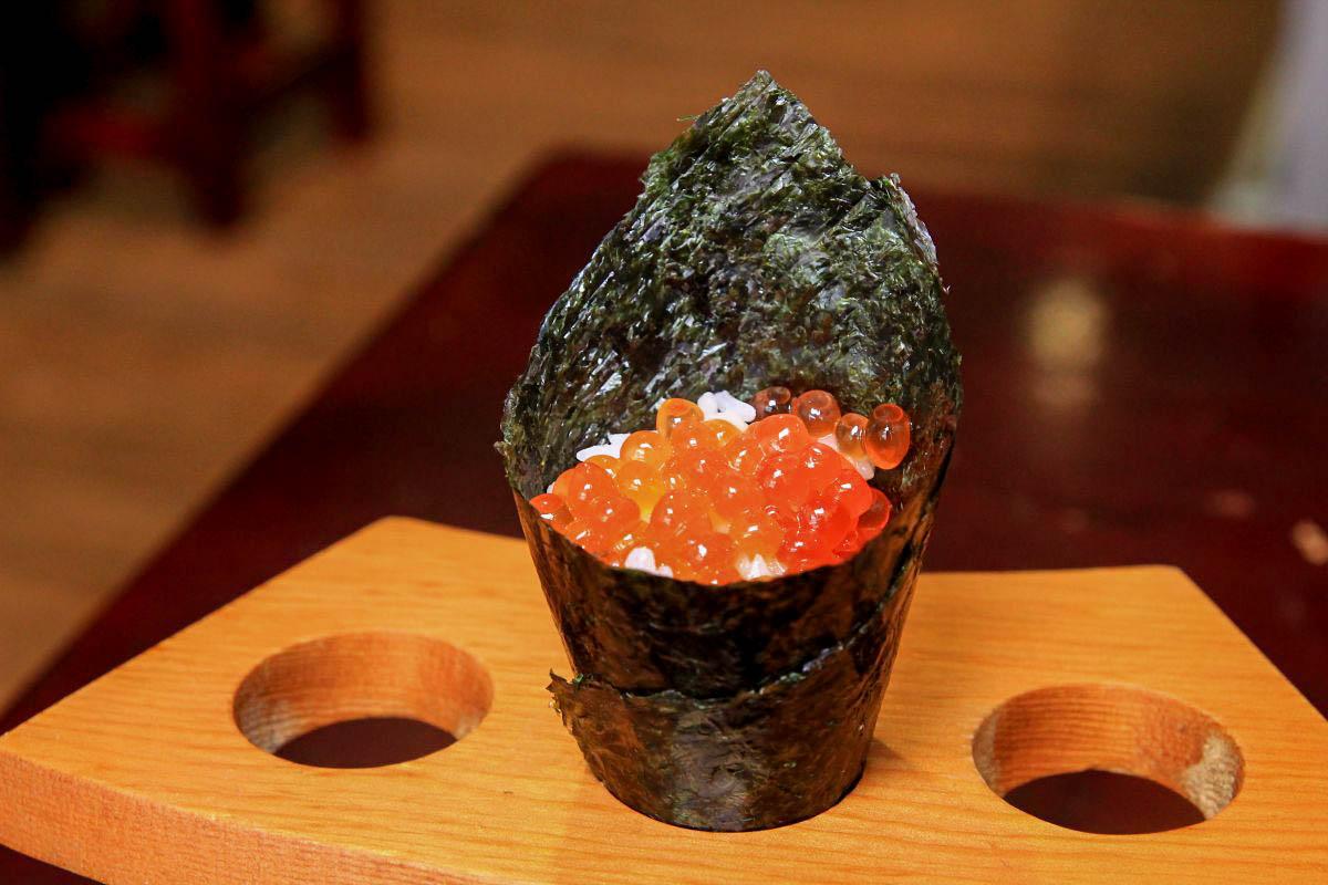 CP值超高~!隱身於老街裡的日式壽司,帶著湯汁的粉嫩炙燒松露牛,松露蒸蛋只要30元!必點鮭魚卵手卷~