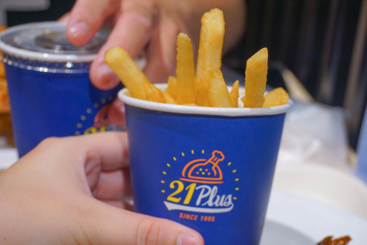 網友傳說中地表最強炸雞(限定),甜甜辣辣的韓式口味,滿滿的湯汁流下來了…….21風味館吃一波!