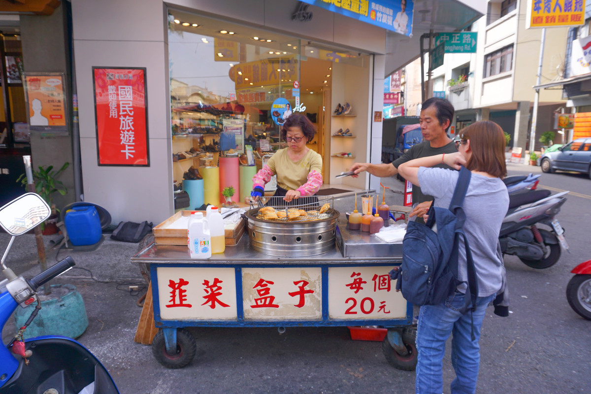 雲林銅板美食,二十元排隊韭菜盒,現炸外酥內帶著多汁韭菜及冬粉的韭菜盒子~讓人欲罷不能的平民小吃。