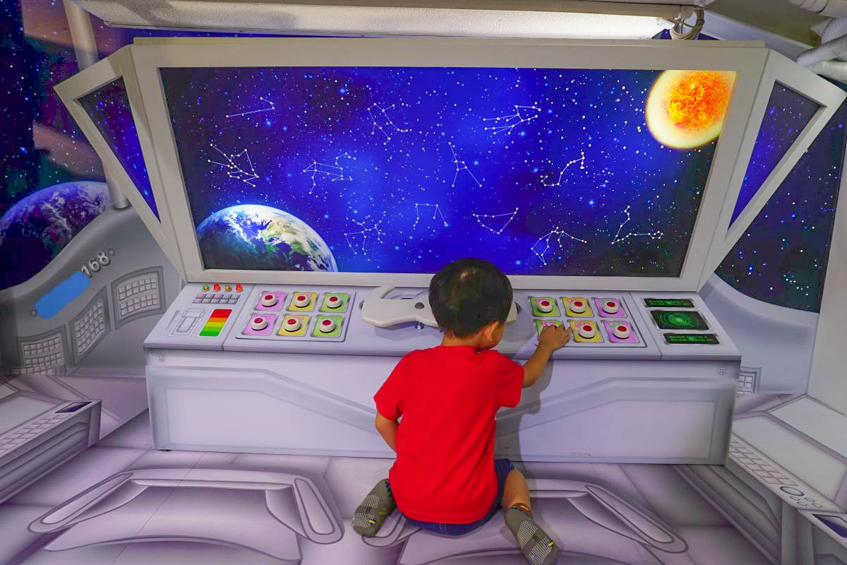 雲林斗六伊莉特美妝小白宮|免費親子景點~浪漫花隧道~遊戲區有球池、積木、跳跳馬還有變裝秀!刺激透明玻璃步道、變身古埃及法老王、魔術師、小男生最愛的太空人!