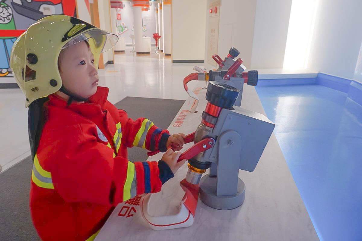 桃園室內景點|防災教育館~超好玩免費親子景點:變身小小消防員滅火、小朋友開消防車、救護車出發囉,小朋友一邊玩一邊學!
