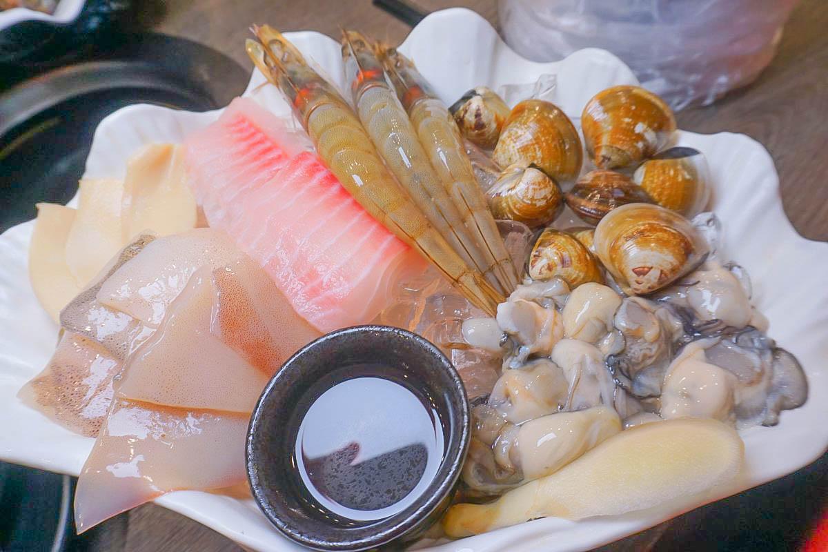 即時熱門文章:基隆火鍋|崎新涮涮鍋~超鮮美蚵仔、魚片、激甜白蝦,單純吃海鮮的鮮味超過癮!菜單、價位、地址