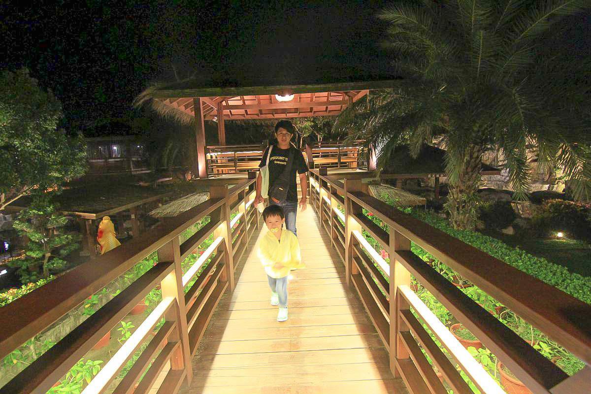 台中夜景餐廳|星月大地景觀休閒園區:百萬夜景、泡腳池、浪漫白鋼琴、大提琴、兒童戲水池、發光長梯超美~火鍋排餐鬆餅甜點一次滿足。