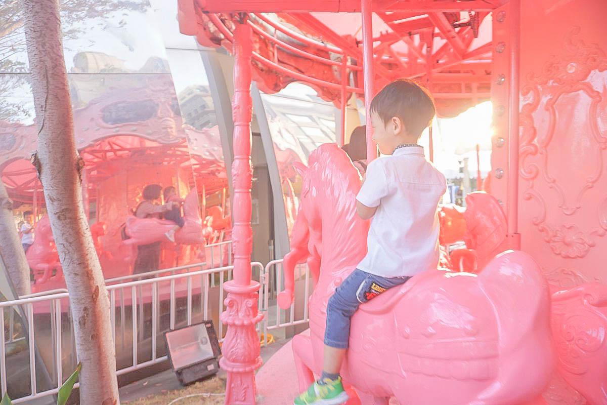 台中唯美IG打卡點:粉紅旋轉木馬、售票亭、粉紅木馬娃娃機、粉紅小火車、摩天輪,通通都好粉嫩!