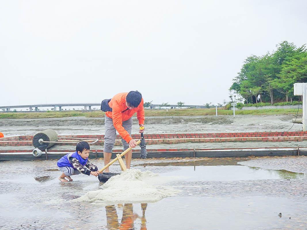 嘉義IG秘境~洲南鹽場|小摩西分海、走在鹽田中央(藍天、倒影、水池),變身小小鹽工的免費景點,小朋友玩翻了!