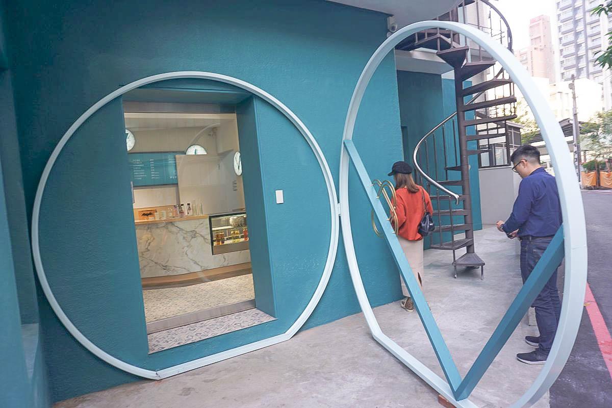 台中熱門打卡點 VIVRE琲癮:擁有夢幻tiffany藍建築、縷空圓形加V型框架、淺藍色圓窗戶、旋轉樓梯超好拍!