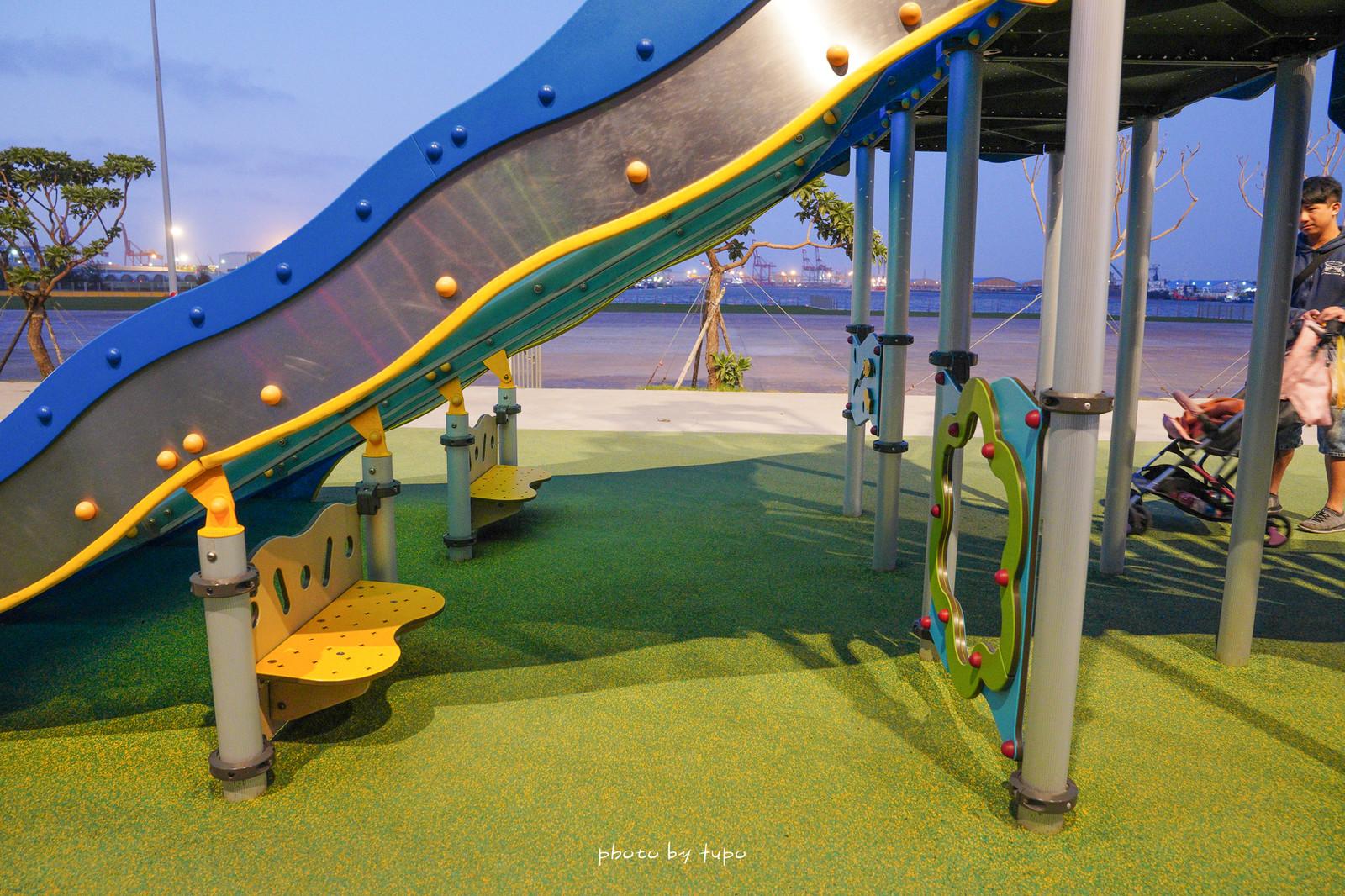 台中梧棲》超放電!台中三井OUTLET一日遊:特色公園、波浪溜滑梯、60米摩天輪、親子遊樂區、親子用餐區,可以玩整天!
