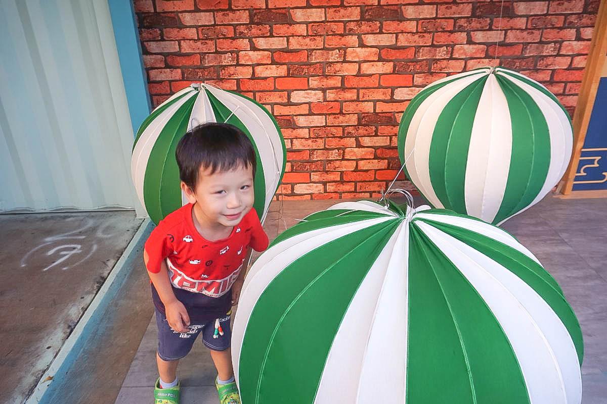 彰化網美新打卡點|UNO市集:超閃的鑽石群、熱氣球、巨大紅蘿蔔、可愛的娃娃兵國王通通都來了!小而巧的超好拍景點~免費參觀。