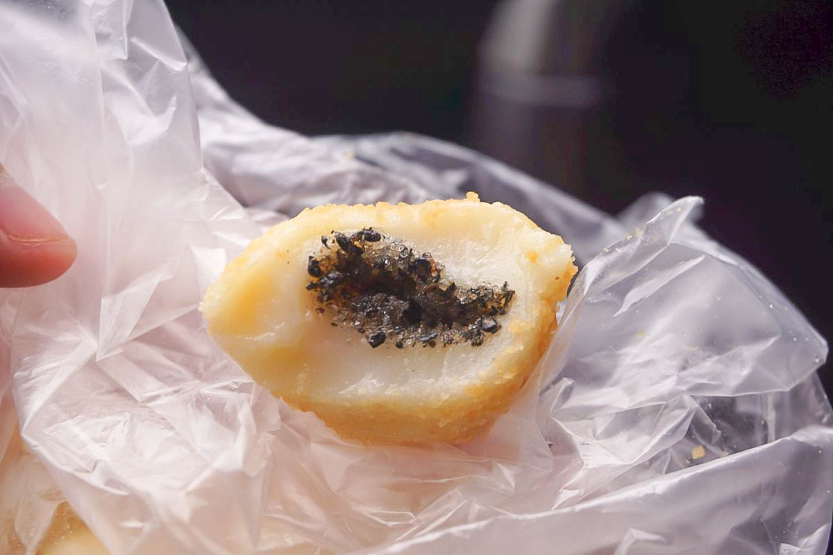 終於吃到了!鹿港阿婆麻糬~買了很後悔只買小包的,新鮮花生香氣芝麻香氣在嘴裡滿溢,滿滿的幸福!