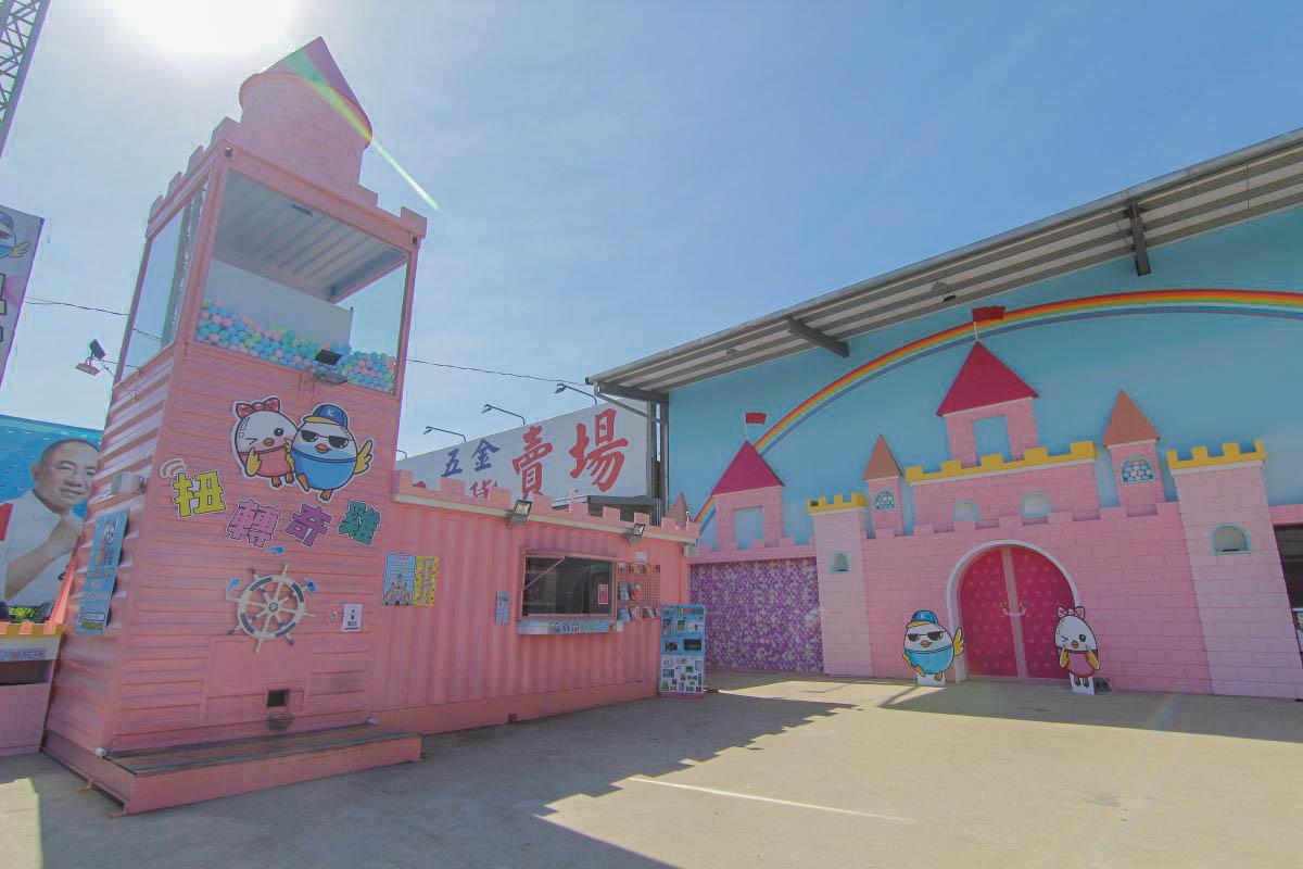 桃園新打卡點|超可愛的粉紅城堡、浪漫花牆、全台唯一大型城堡主題扭蛋機,Rainbow Donut隱藏版牽絲超好吃、超美彩虹飲品好好拍!