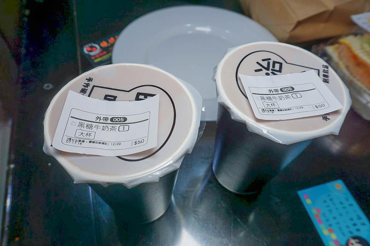 明治唯心手作碳烤吐司.東湖站超彭湃早餐:厚實黑豚蛋、自製花生醬香氣十足,吃一份飽到下午,必點黑糖牛奶茶,菜單價位。
