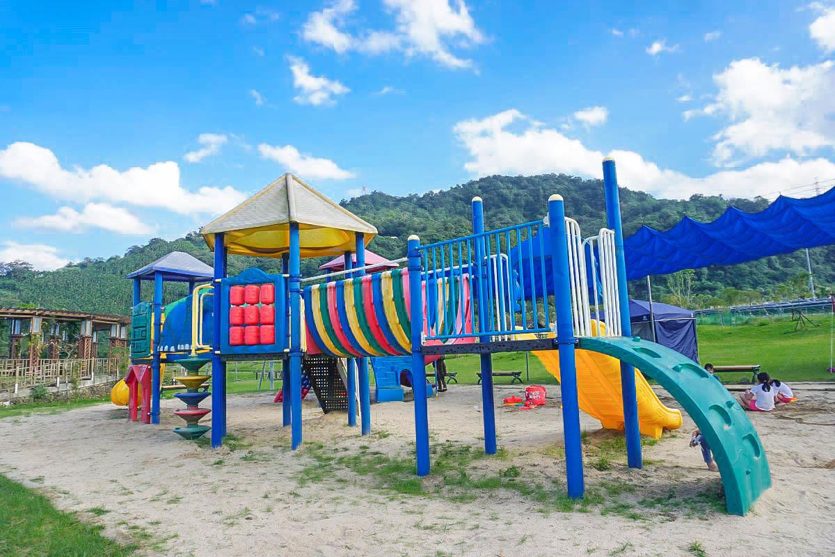 南港山水綠公園|台北景點:唯美彩虹天空步道、彩色砂堆溜滑梯、草皮、一整片雪白芒草群、二層樓鐵罐裝置藝術,帶小朋友野餐去!