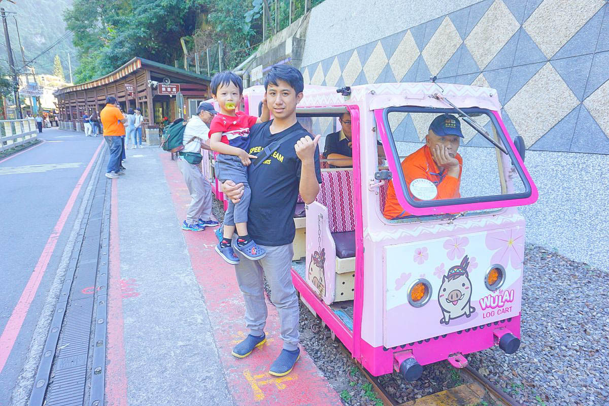 搭上可愛的粉紅台車去泡湯 遇見美麗的烏來瀑布、CP值超高的山豬肉套餐、林業森活館、現烤山豬肉香腸、小米甜甜圈