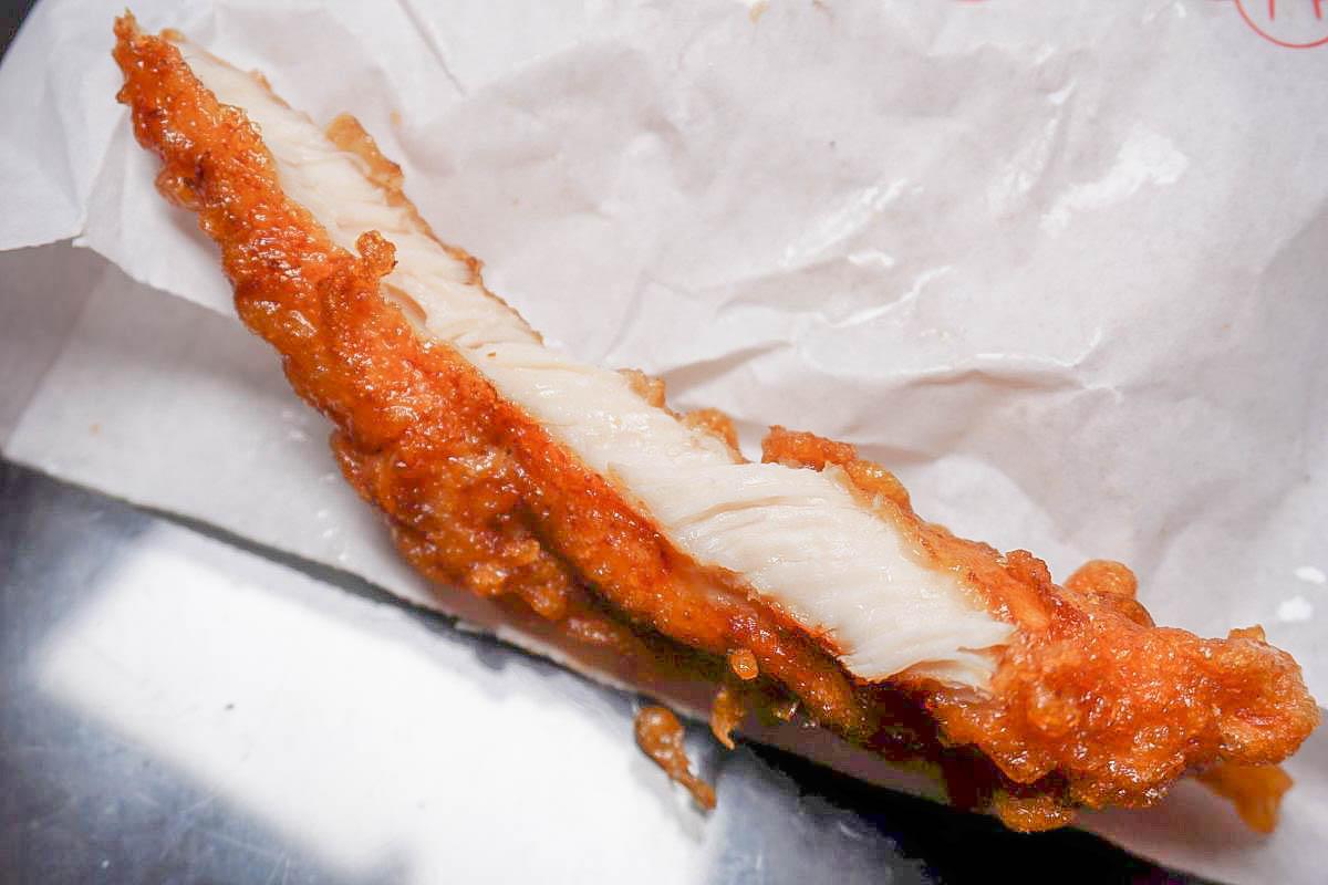 汐止美食|老闆蜜酥雞排~試營運至12/9雞排只要39元:一口咬下外頭脆皮,一絲絲甜味和肉汁,買一包等一小時半..