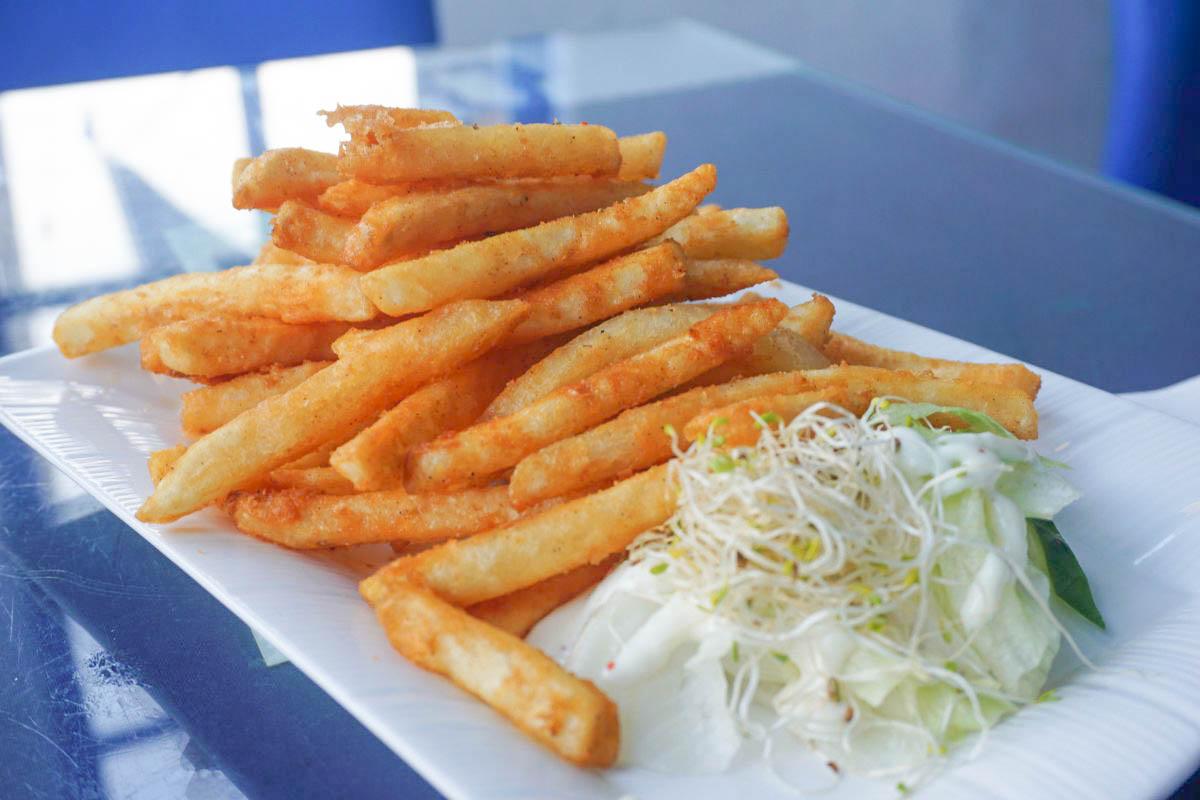 八斗子車站白舍愛琴海|深澳鐵道自行車的制高點~迷人的地中海餐廳,欣賞山海景和可愛彩色車車,下午茶菜單價位。