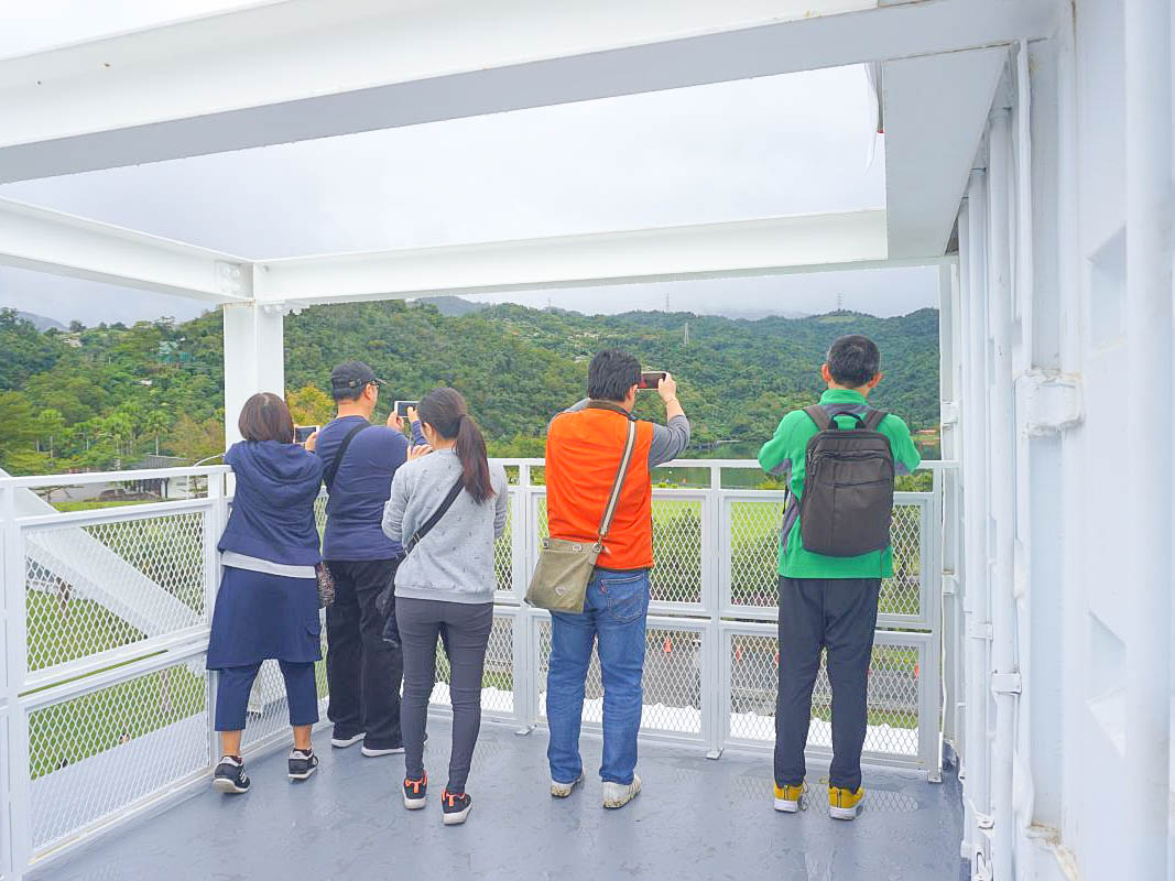 宜蘭新景點|龍潭湖畔悠活園區~76個純白貨櫃屋,裡面竟然有巨大可愛紙膠帶天花板,網美拍照區,觀景台,宜蘭最美湖畔。