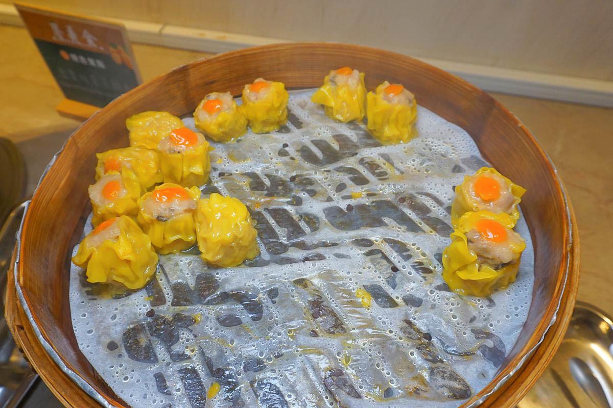 宜蘭吃到飽-礁溪長榮桂冠酒店-桂冠自助餐廳:讓人著迷的現烤牛排、現點現烤炙燒鮭魚壽司、金棗入菜意外的好好吃,哈根達斯、烤布蕾超優!現折氣球表演~