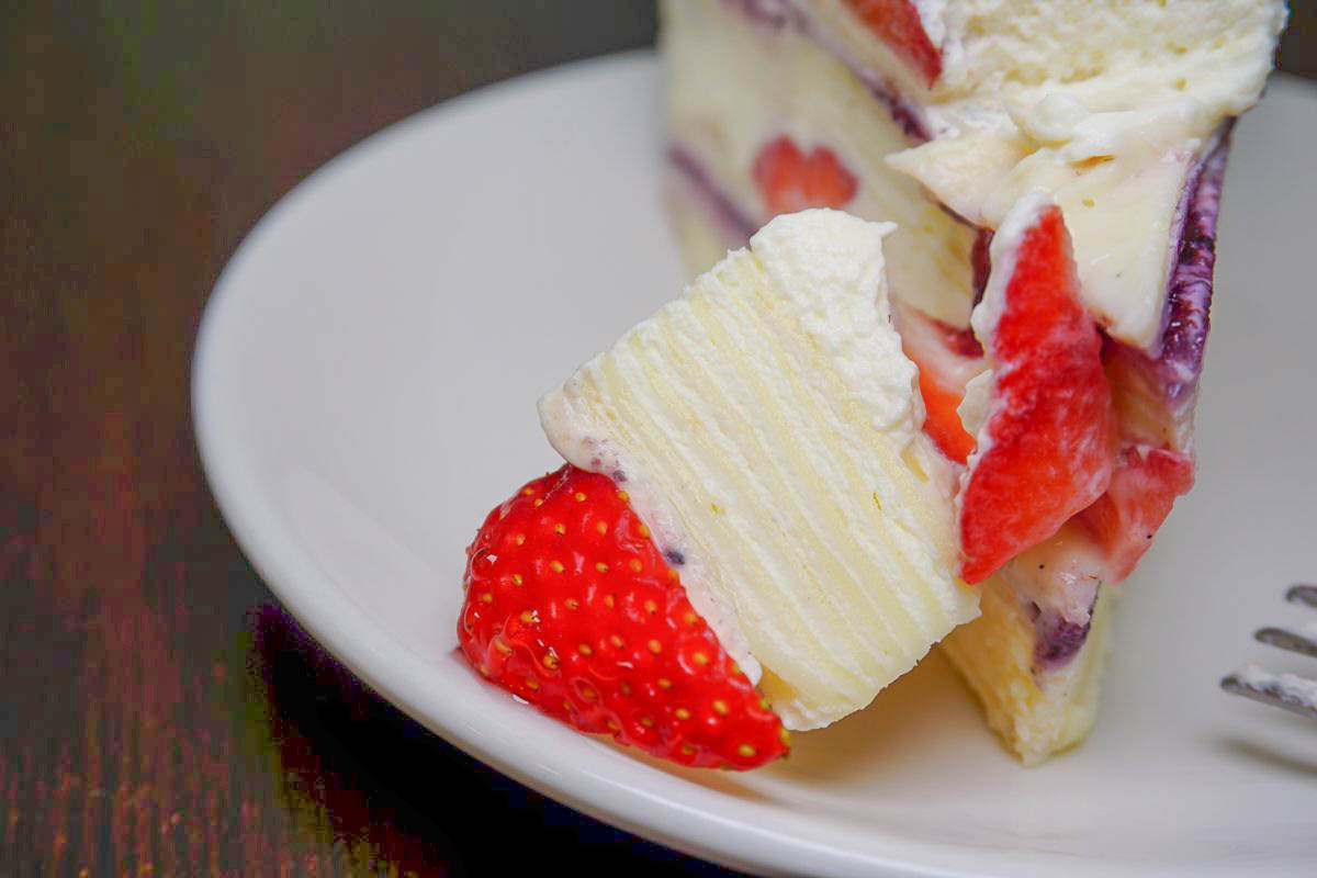 沒有招牌的隱藏版甜點店|幸福小時光,濃郁奶香甜而不膩的草莓千層蛋糕,一層層都是美味,每一口都吃的到草莓、重本的香草籽~