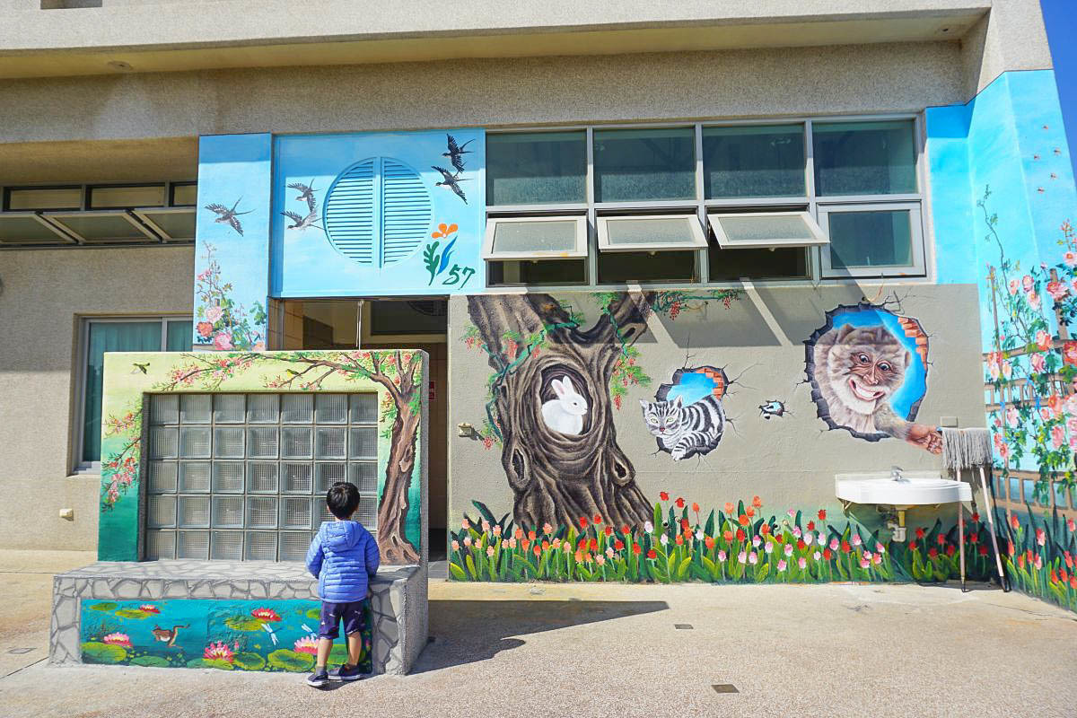 台中親子景點》頂魚寮公園,中部海洋主題公園,有可愛小鯨魚溜滑梯、立體3D彩繪、適合小小朋友玩的野餐公園~