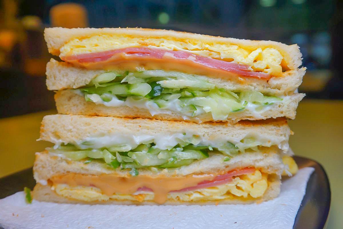 基隆早餐 昇美早餐店(碳烤三明治專賣)必點招牌火腿蛋三明治40元、里肌總匯55元,起司瀑布蛋餅30元~幸福的銅板美食。