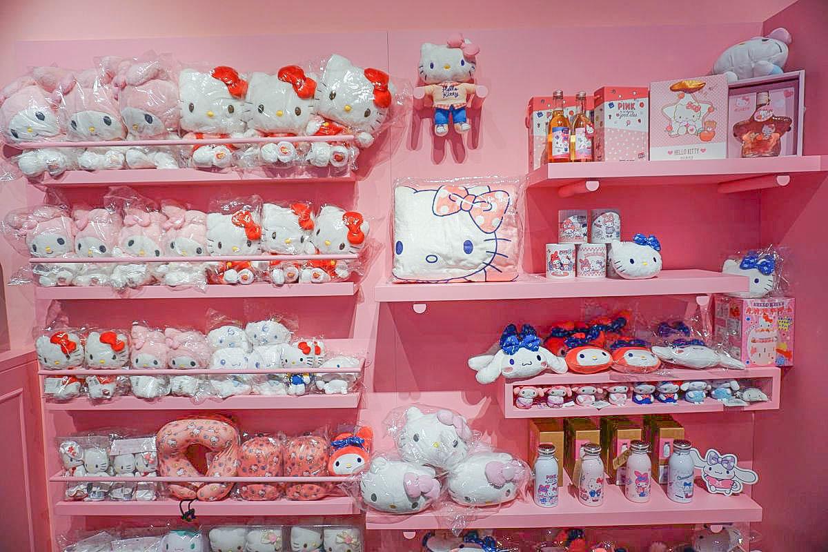 超粉嫩!三麗鷗粉紅閨蜜期間限定店免費入場、夢幻場景拍不完、超可愛粉紅快餐車可愛甜點、帶上姊妹們手刀搶購限定商品囉!