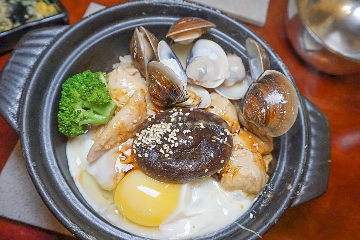極巷弄!吃的到鍋巴的煲仔飯,從生米煮到熟,滑順半熟蛋、帶著甜香的花雕雞,一口挖下滿嘴幸福。