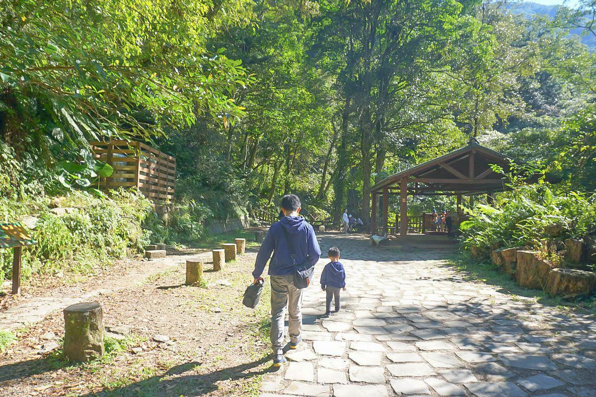 新北內洞國家森林遊樂區開放了!平緩一公里直達雙層瀑布仙境,帶嬰兒推車都可以欣賞的美景~試營運優惠半價至12/15,一起野餐去。