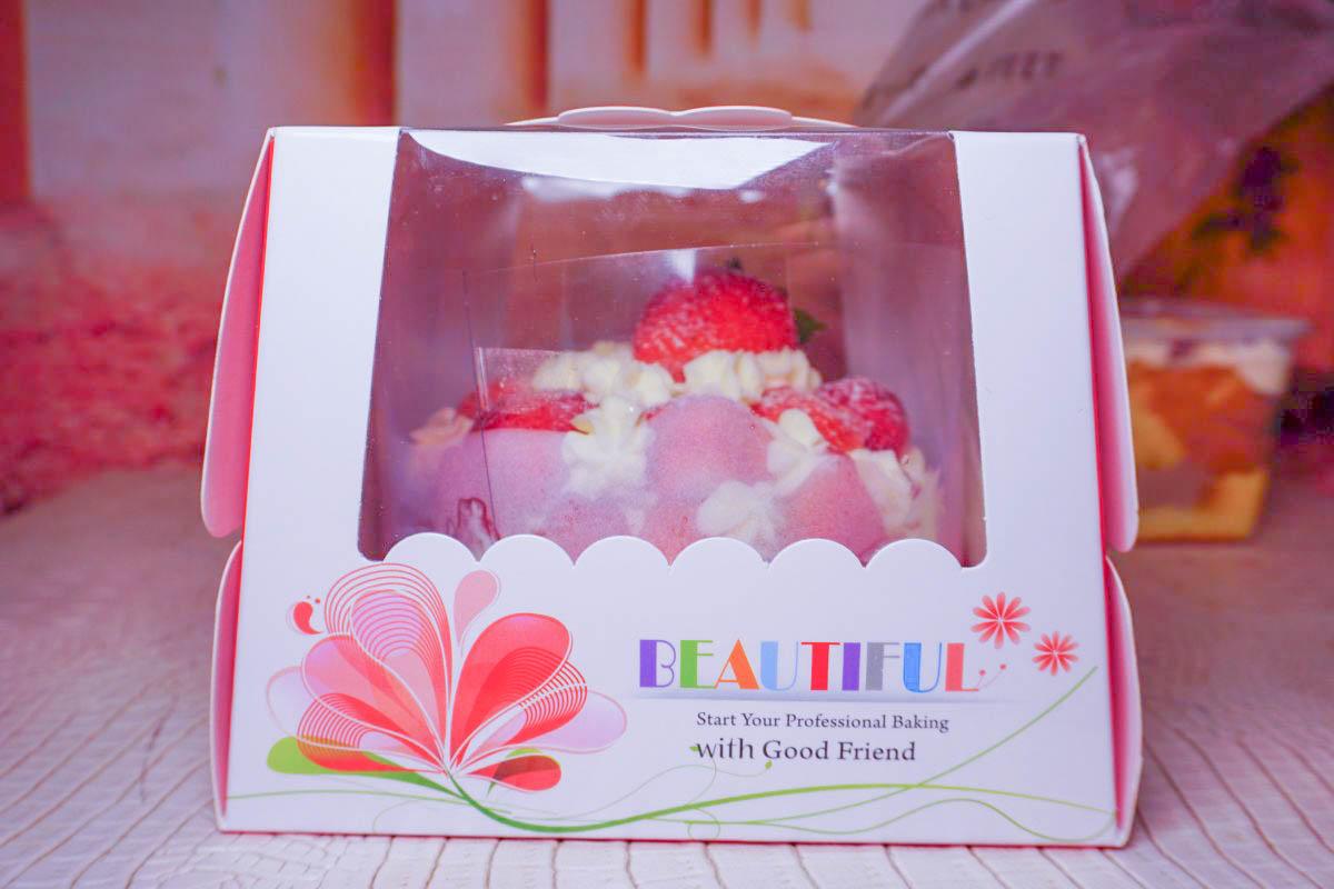超浮誇!無死角滿滿都是草莓,切開裏頭也是草莓,芋泥控千萬別錯過草莓芋泥布丁,濃郁芋泥搭配草莓每一口都好幸福❤
