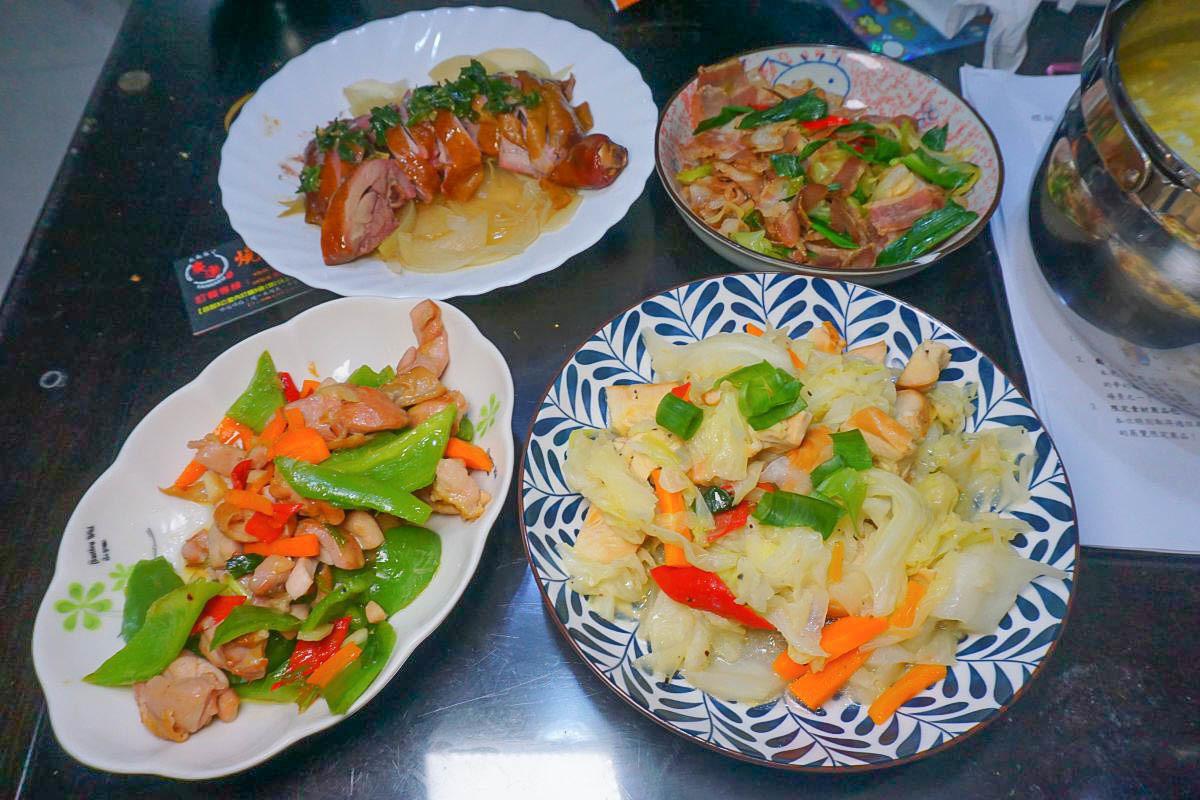 輕鬆上年菜|廚房菜鳥上菜囉:日式雞肉野菇炊飯、蔥油雞、臘肉炒蒜苗,全家掃光光,不用自己做複雜的醃漬程序,每道菜就有煙燻香氣!